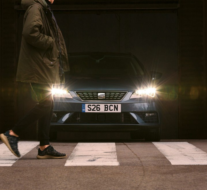 SEAT Leon Estate - LED headlight showing person crossing the road