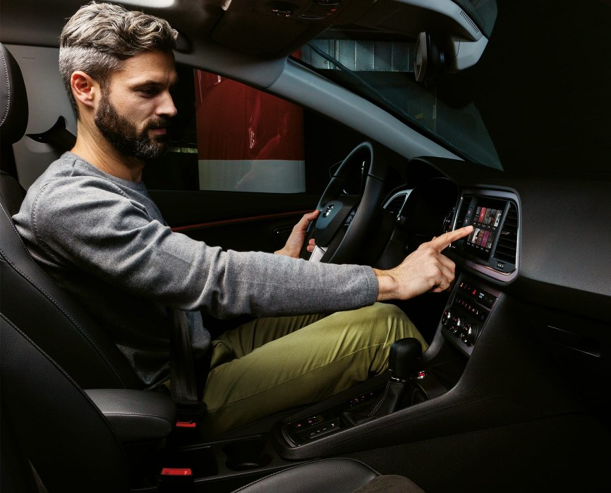 SEAT Leon Estate - Man using the entertainment system